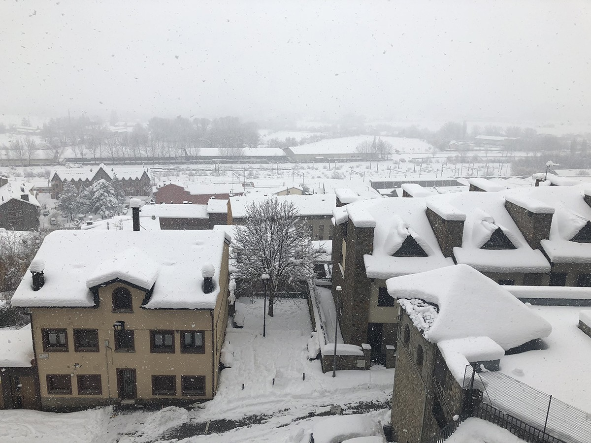 Puigcerdà des de la plaça de l'Ajuntament a la nevada de principis de febrer