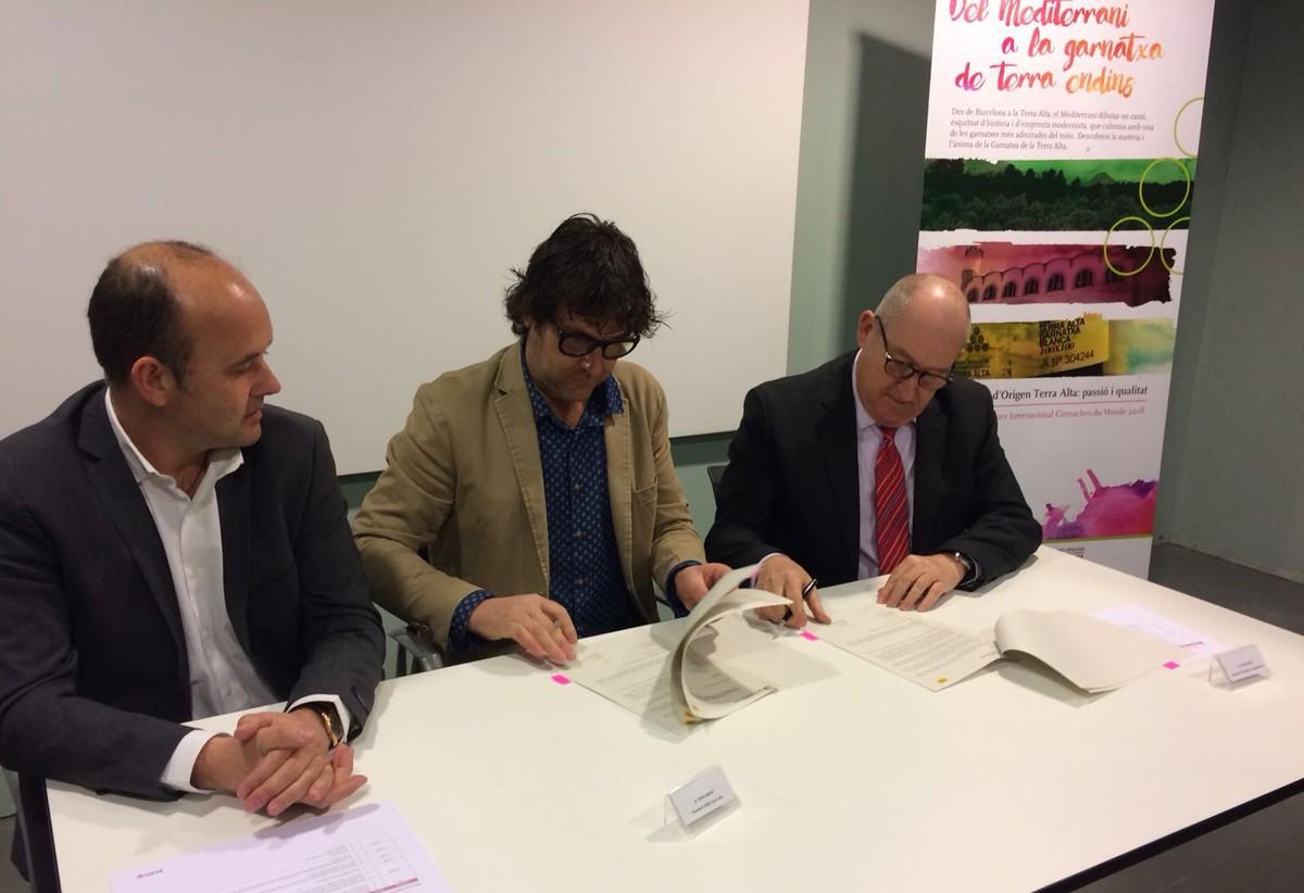 Carles Luz, president del Consell Comarcal de la Terra Alta, Joan Arrufí, president del Consell Regulador de la Denominació d'Origen Terra Alta i Joan Aregio, secretari d'Empresa i Competitivitat