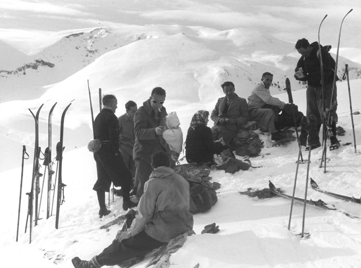 Així vestien als anys 40 del segle passat els esquiadors de La Molina