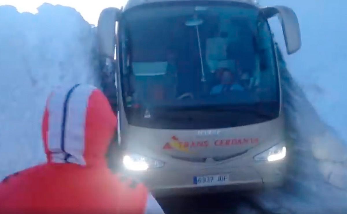 L'autobús passant pel pas estret