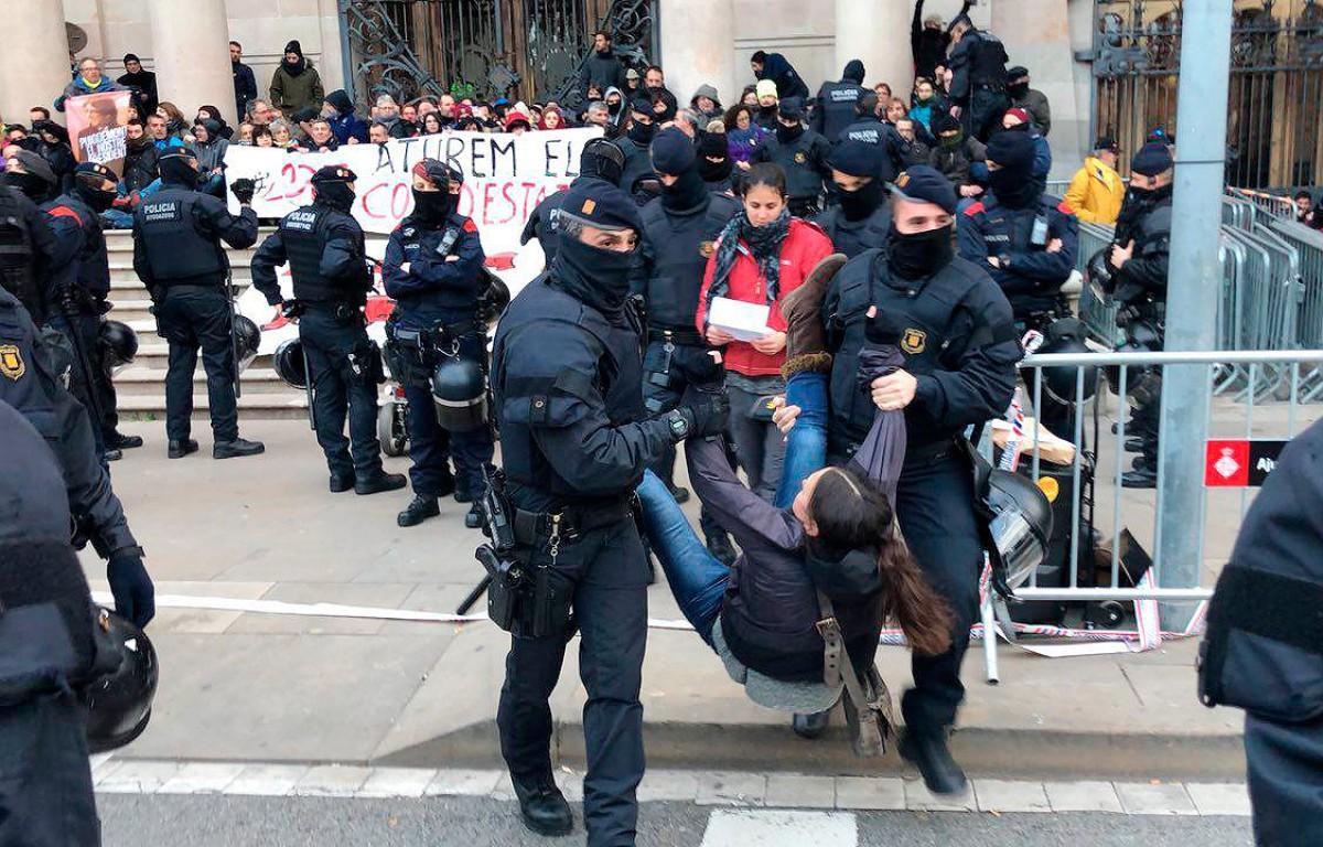 Els mossos, desallotjant les persones que bloquegen el TSJC