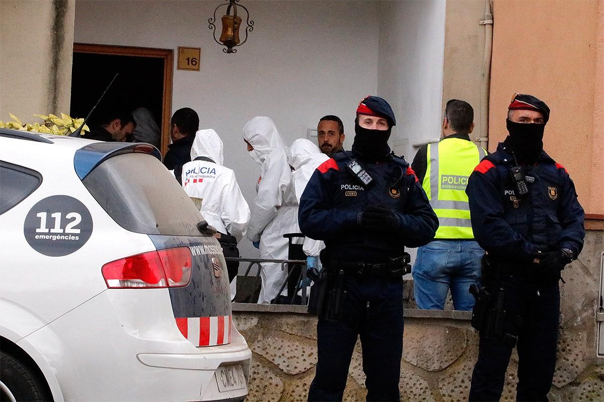 La policia científica escorcolla el domicili del detingut.