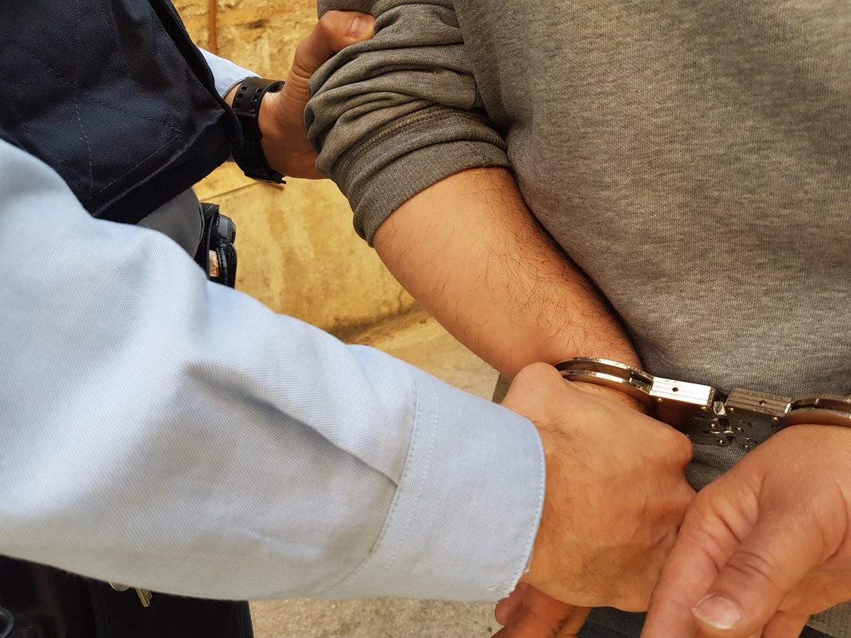 Els Mossos, detenint una persona després d'haver comès un delicte.
