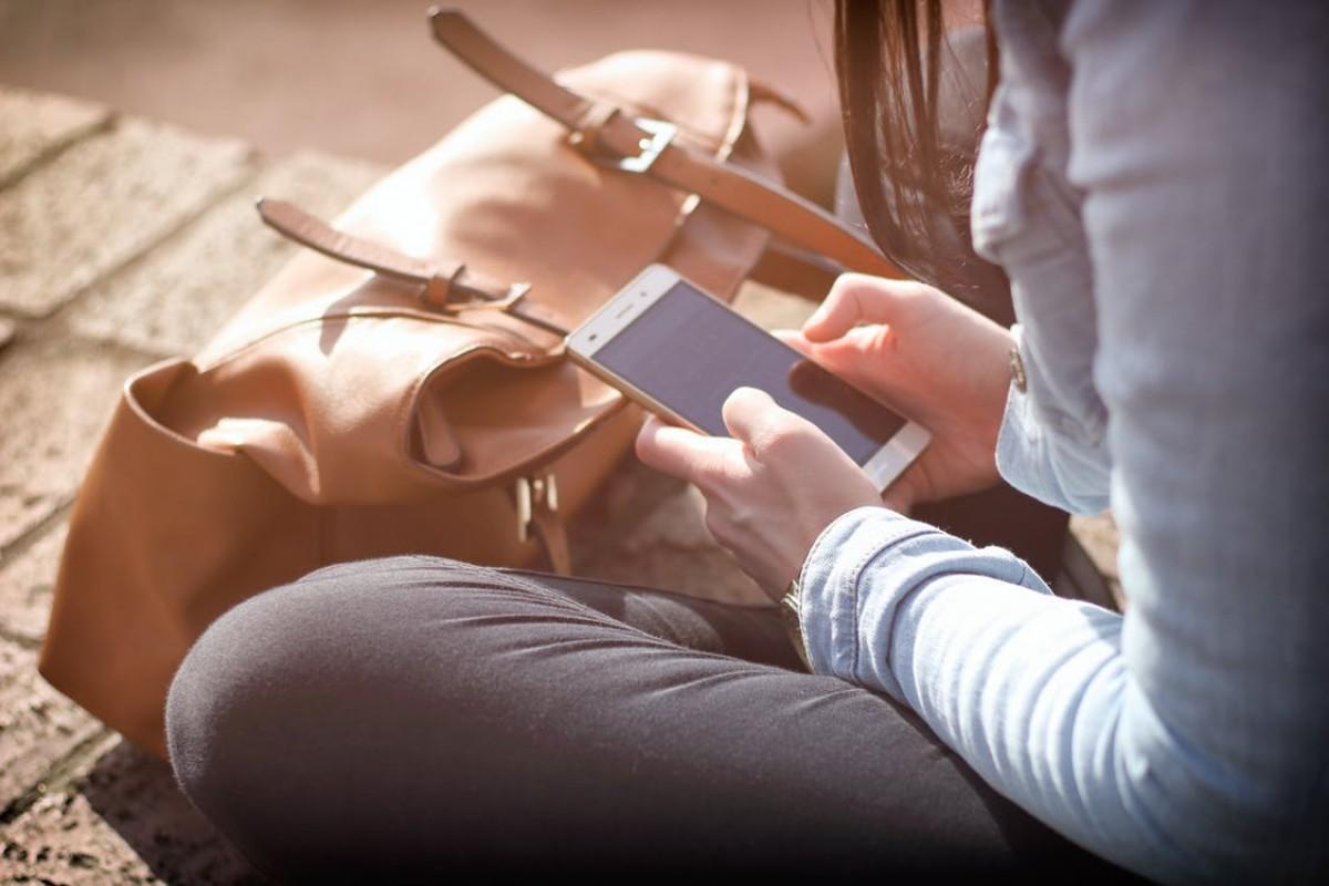 Una usuària, utilitzant el mòbil