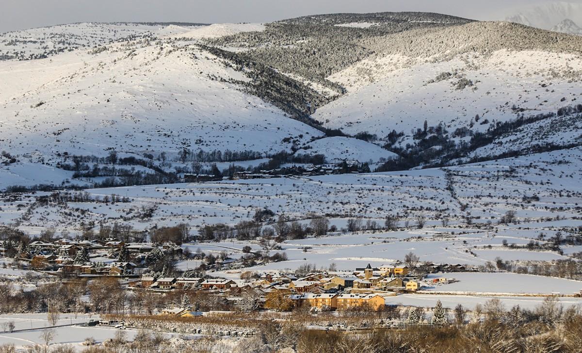 Vista general de Saneja i al fons Guils de Cerdanya
