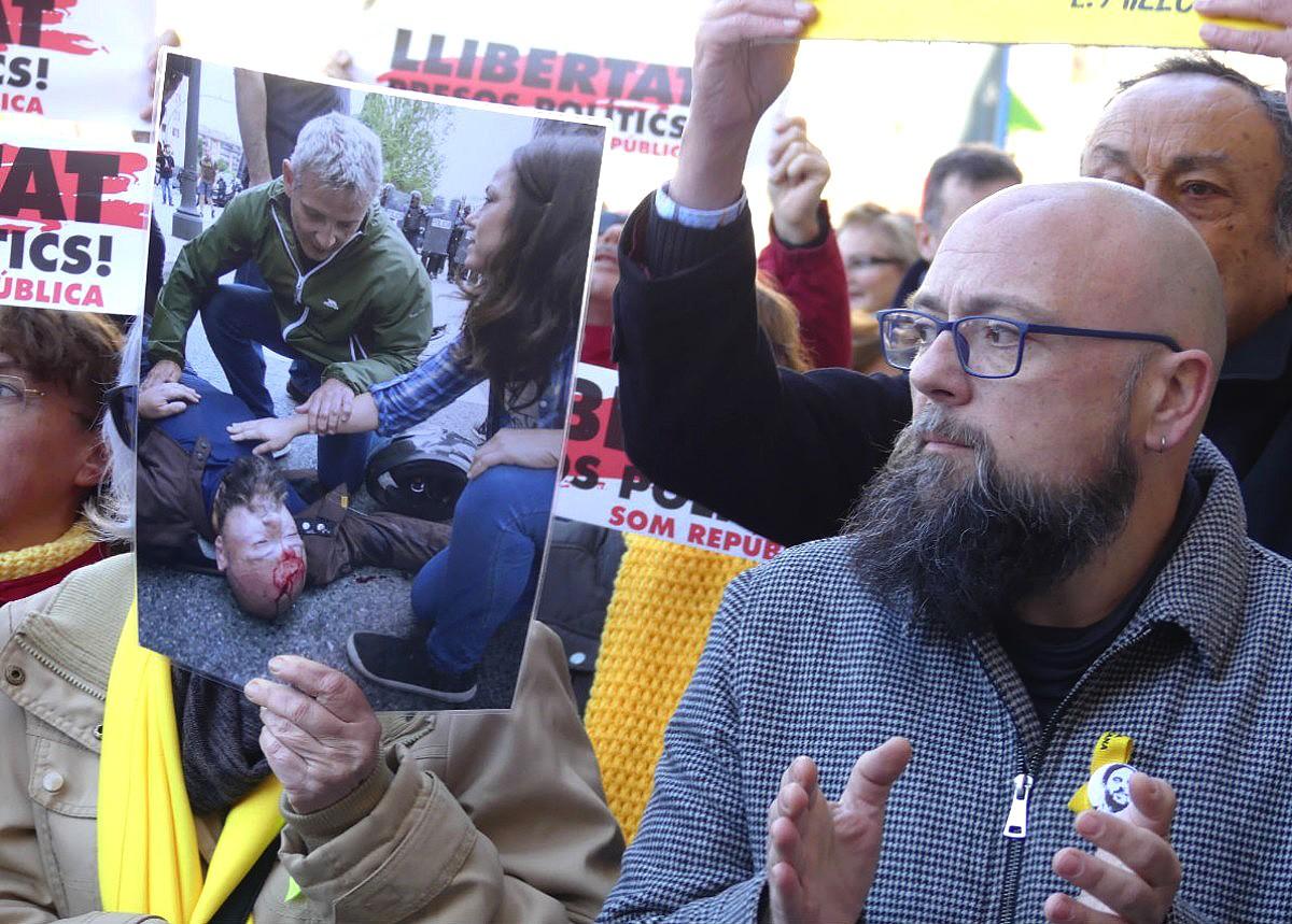 Sergi Albarran, president d'ERC Tarragona, va rebre un cop de porra al cap durant l'1-O.