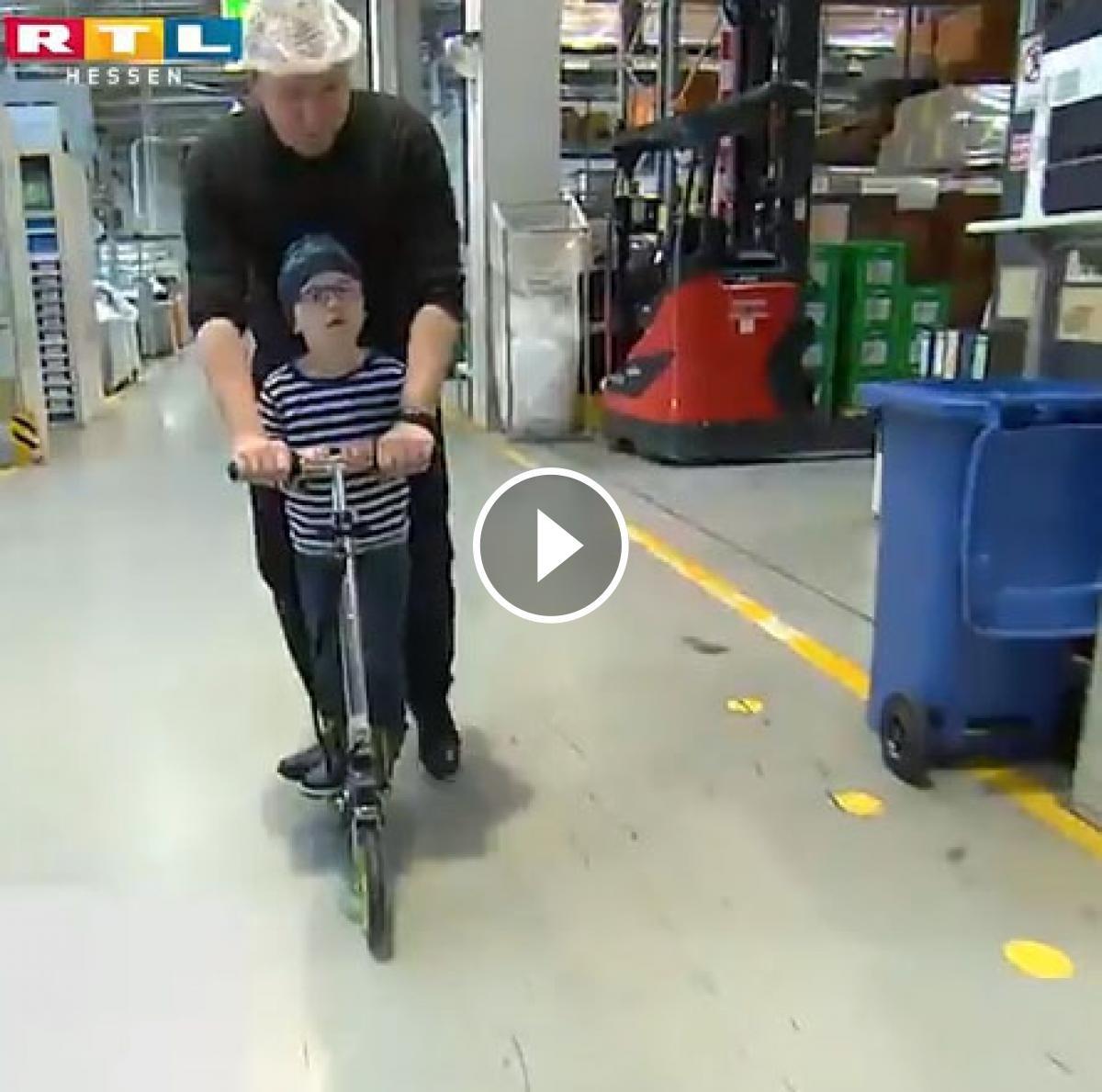 Andreas Graf amb el seu fill, amb patinet per l'empresa on treballa
