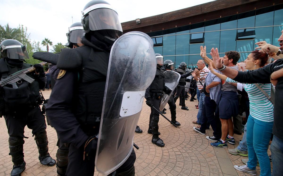 Agents de l'ARS de la Guàrdia Civil durant les càrregues de l'1 d'octubre a la Ràpita.