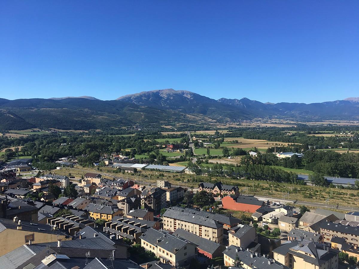 La Cerdanya, amb Puigcerdà a primer terme i la Tosa d'Alp al fons, des del campanar de Santa Maria