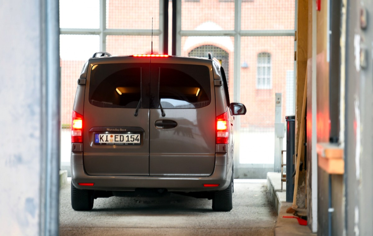La furgoneta amb Carles Puigdemont entrant a la presó alemanya