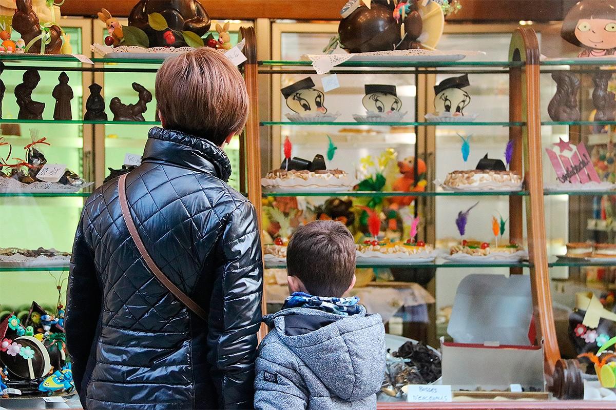 Una mare i un nen, mirant mones de Pasqua a Valls