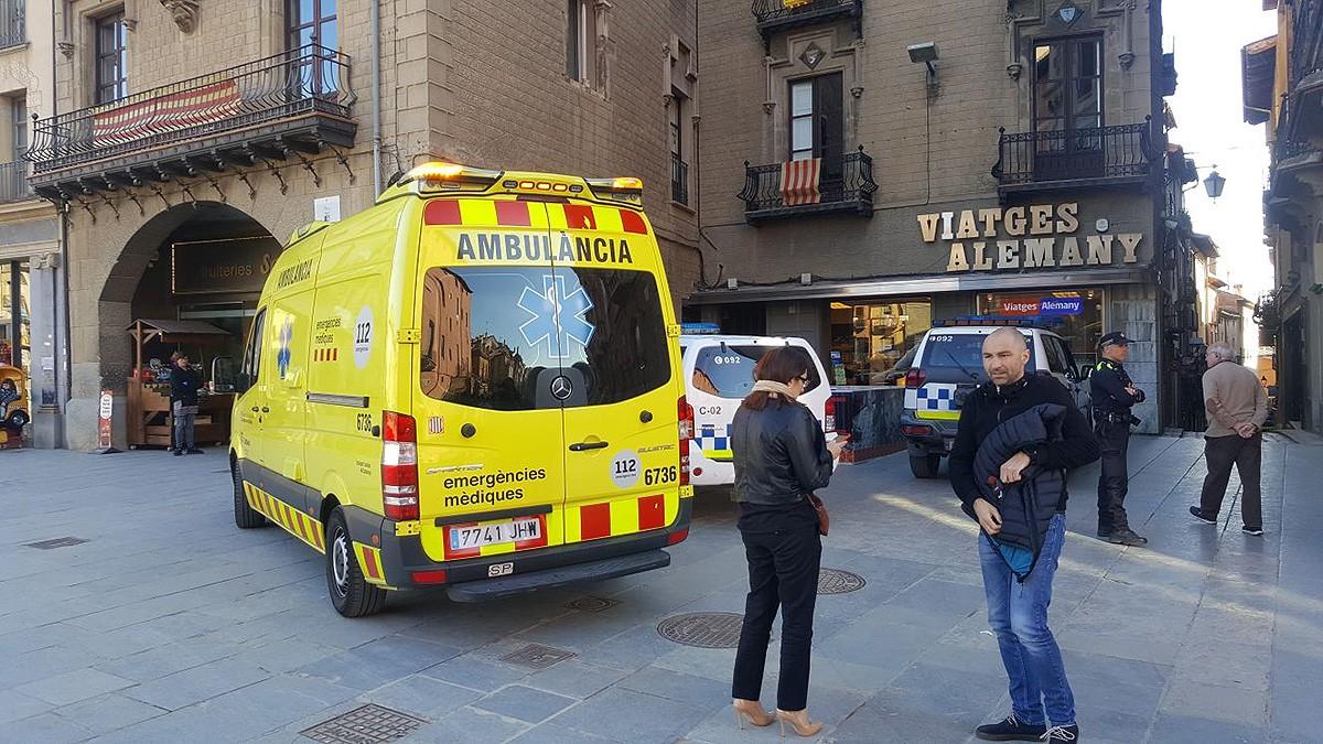 L'ambulància al carrer de la Riera de Vic, el passat 2018
