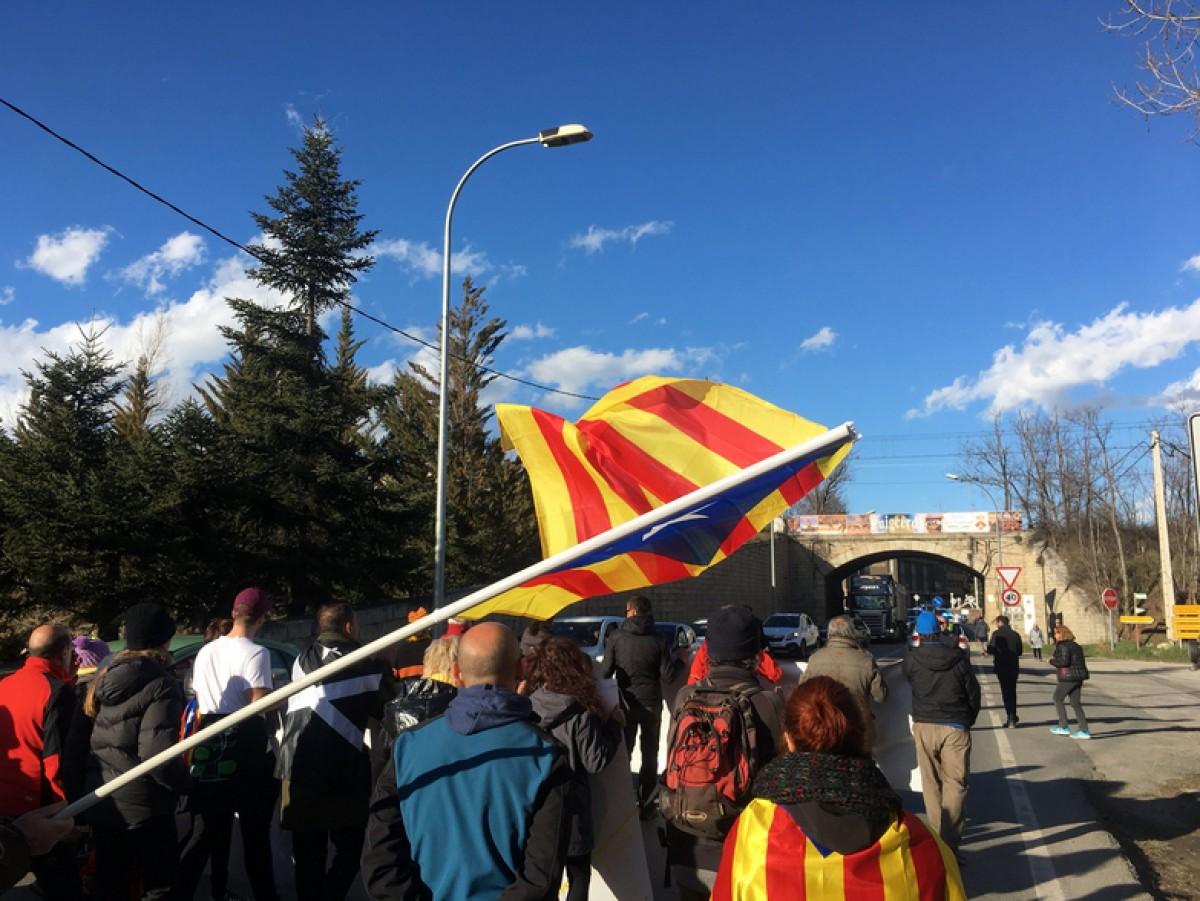 Els manifestants camí de la frontera de Puigcerdà ahir dijous