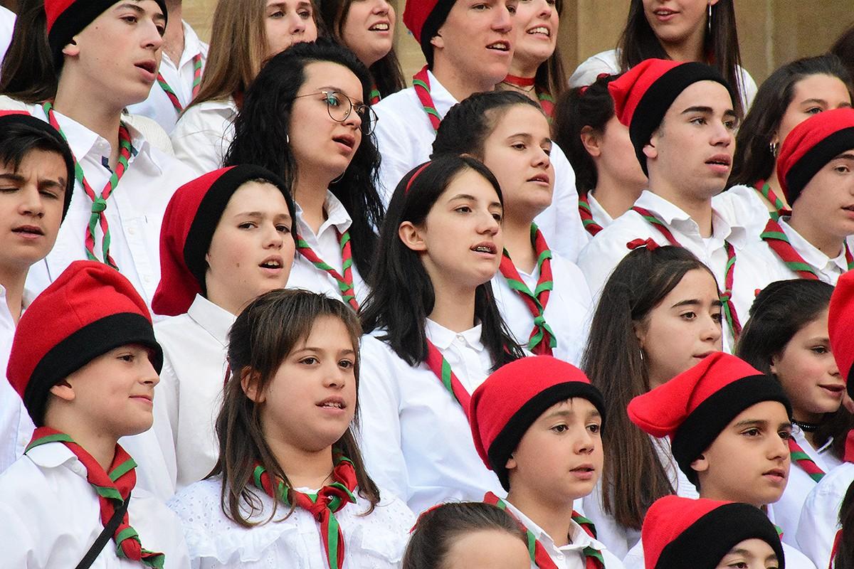 Noies i nois del Mijac de Crist Rei cantant caramelles
