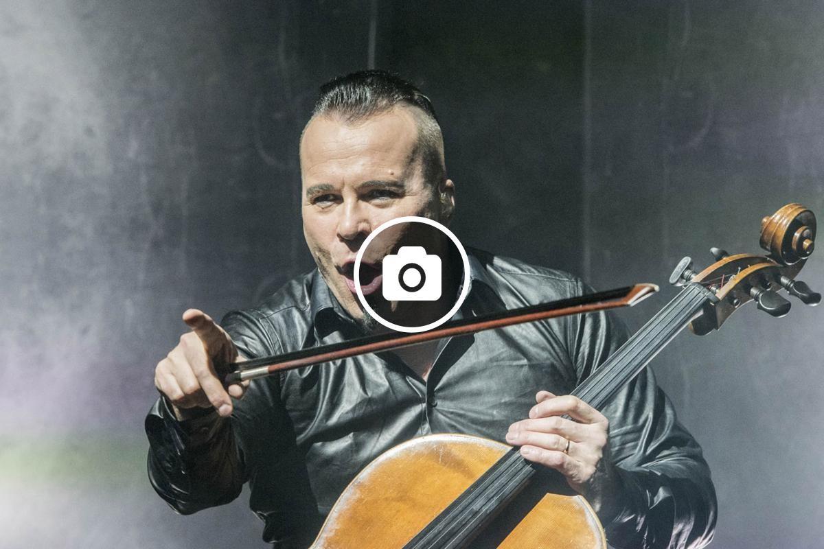 Paavo Lötjönen dels Apocalyptica durant el concert de dimarts 10 d'abril