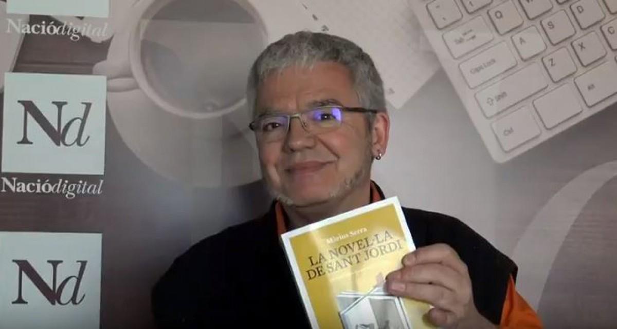 Màrius Serra dedica un exemplar del seu llibre als subscriptors de NacióDigital