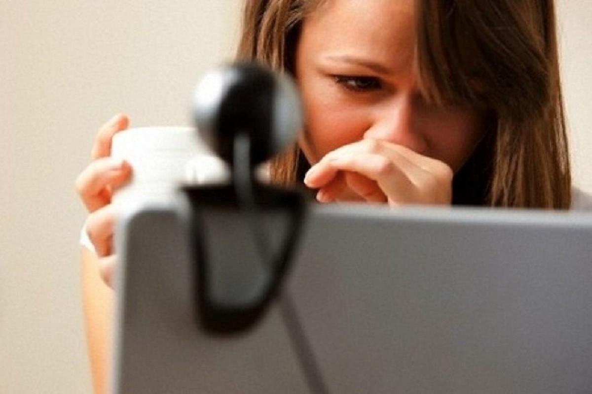 Un noi, davant de l'ordinador, en una foto d'arxiu