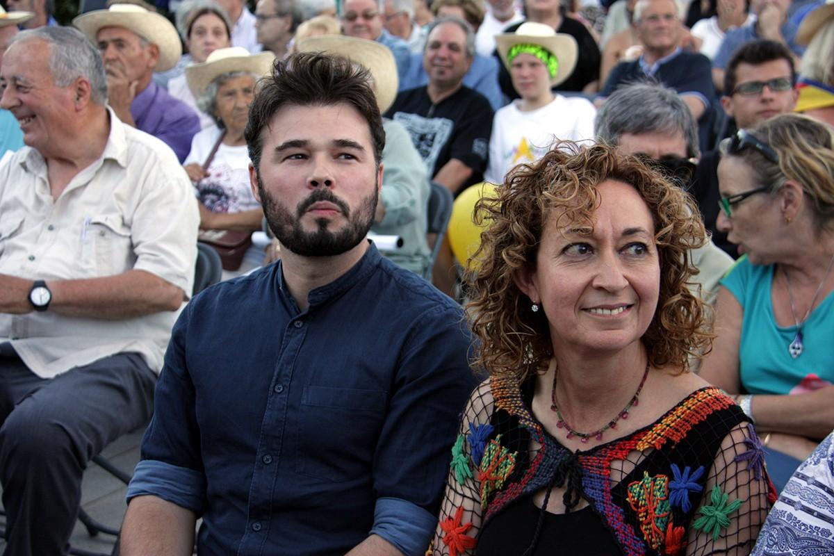 Ester Capella, junt a Gabriel Rufián, en un acte electoral.
