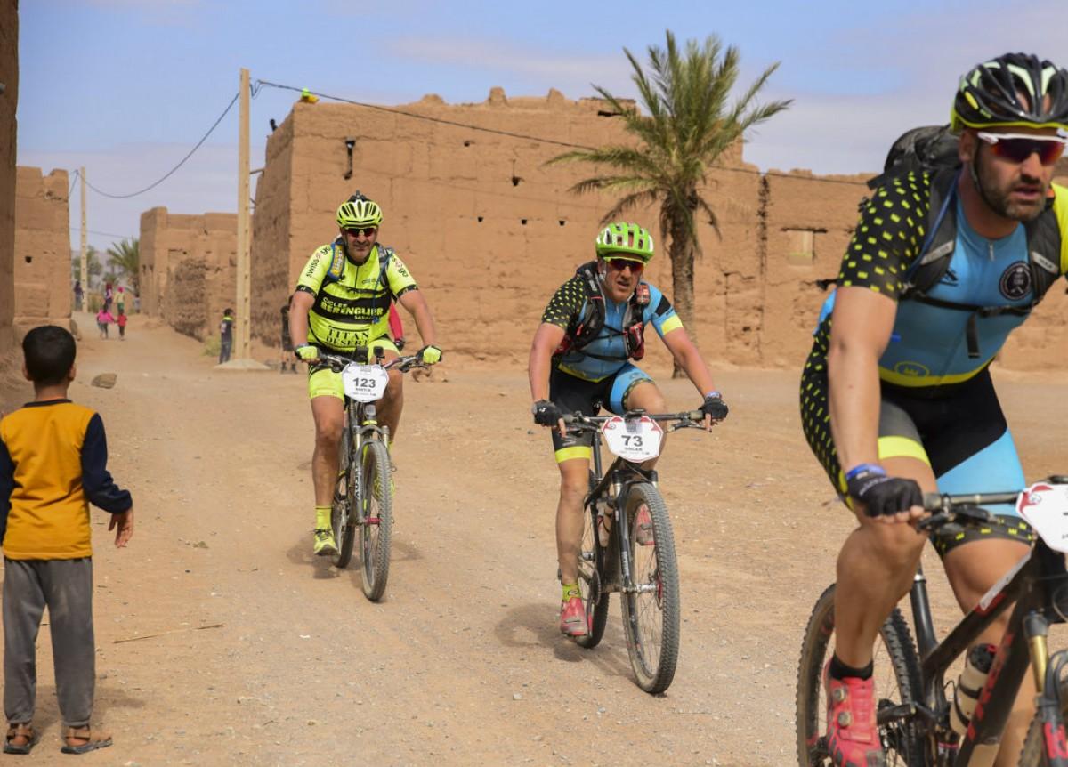 El sabadellenc creuant un poble pel desert del Marroc