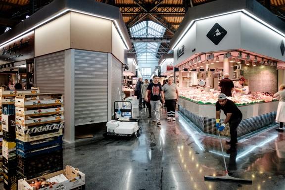 El nou mercat de Sant Antoni apuja les persianes