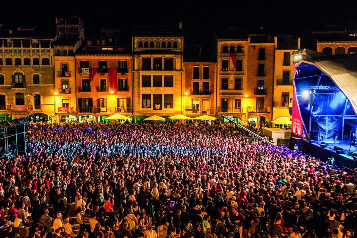 Escenari de la plaça Major durant el Mercat de Música Viva
