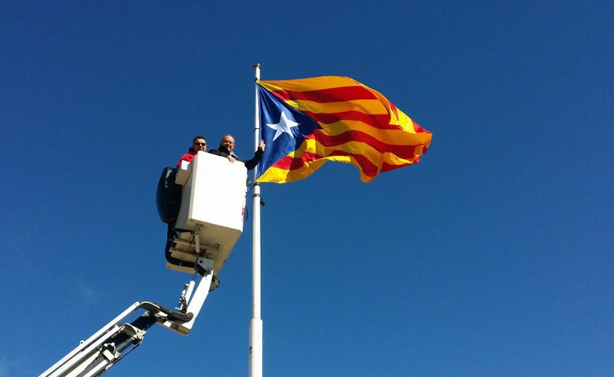Col·locant l'estelada al Puigsagordi