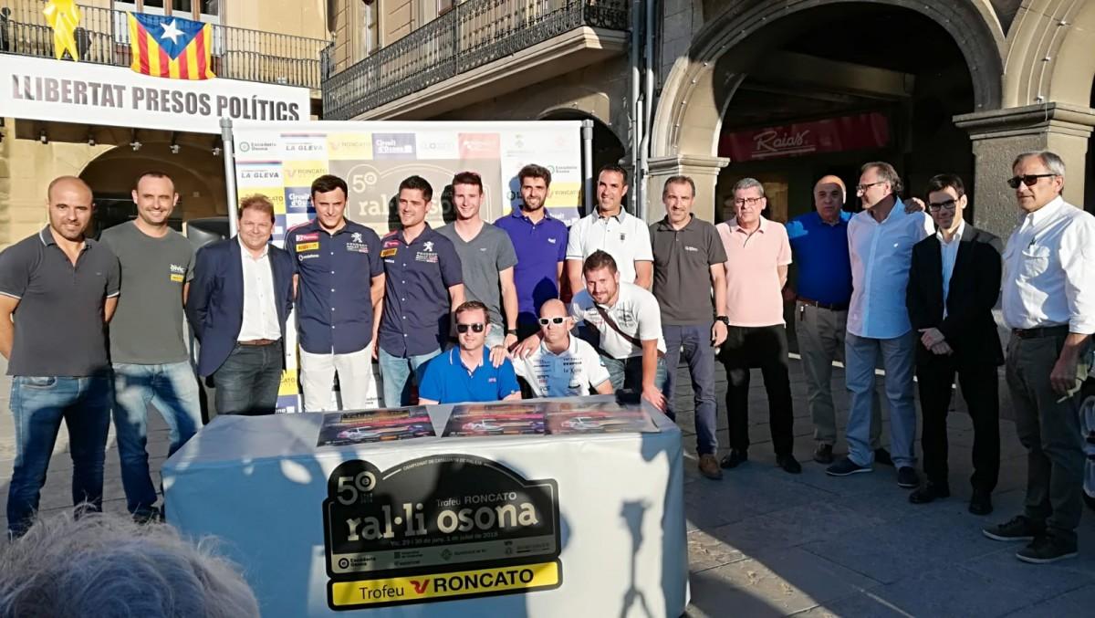 Foto de família a la plaça Major de Vic, amb alguns pilots i copilots participants a la prova.