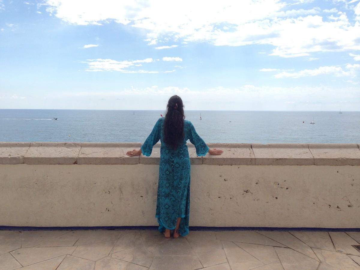 Clara Bonfill parla amb el mar, l'escolta, i les cançons surten soles, al ritme de les onades.