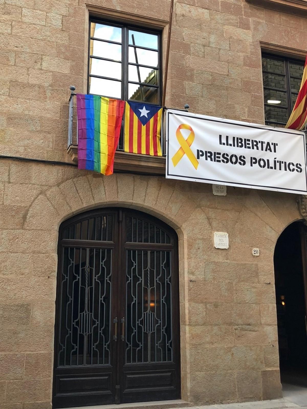Bandera de l'arc de Sant Martí I estelada a la façana de l'Ajuntament de Solsona