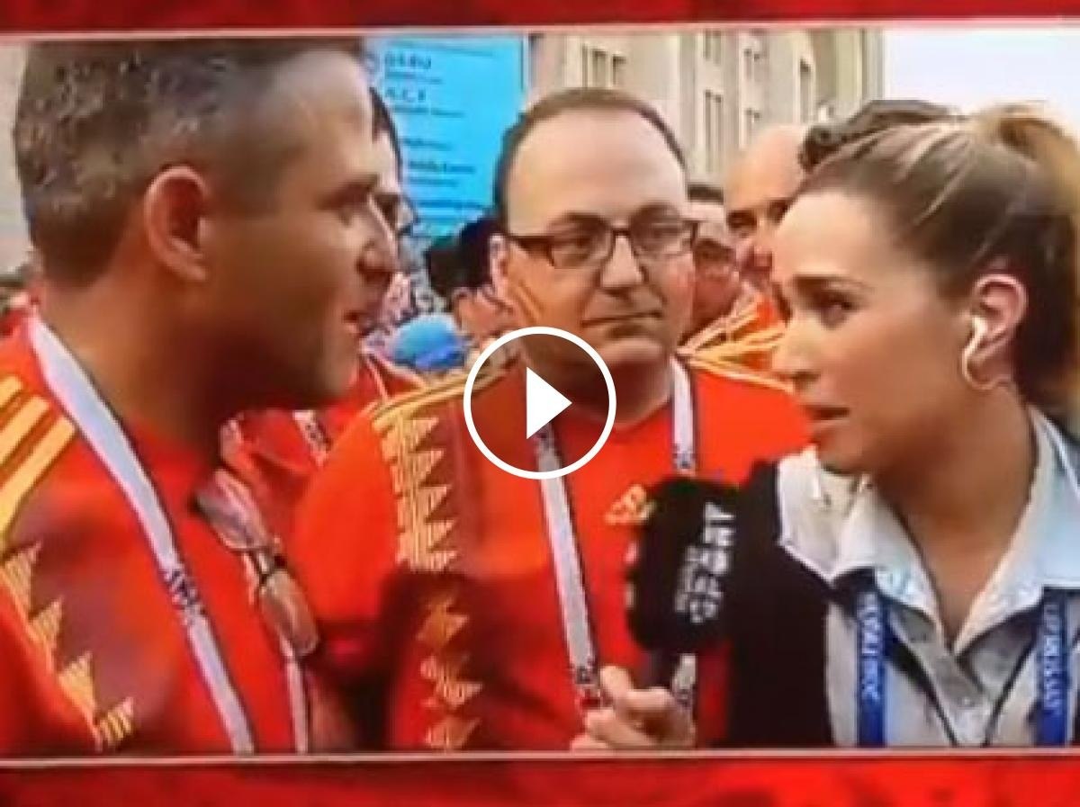 La periodista entrevistant als aficionats fora de l'estadi