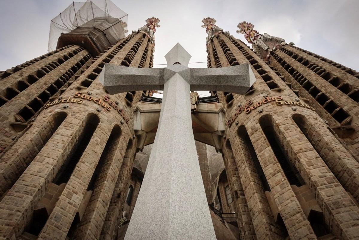 La Creu Gloriosa de la Sagrada Família, en primer pla
