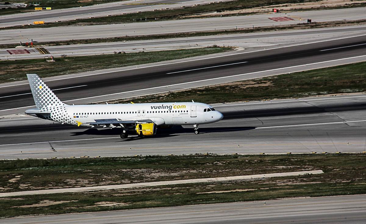 Un avió de Vueling a les pistes de l'aeroport del Prat