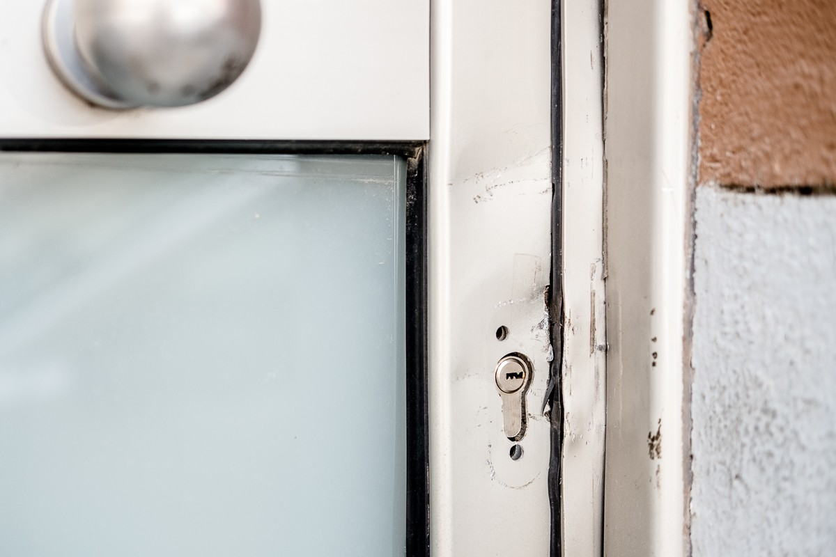 La porta d'una casa ocupada, a Manlleu, on encara es veuen les marques d'haver estat esbotzada.