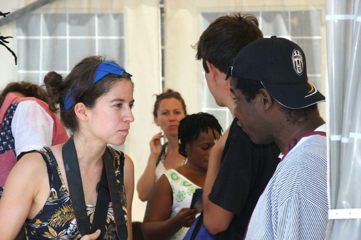La Marina conversa amb el Peet, refugiat ganès al CARA durant dos any.
