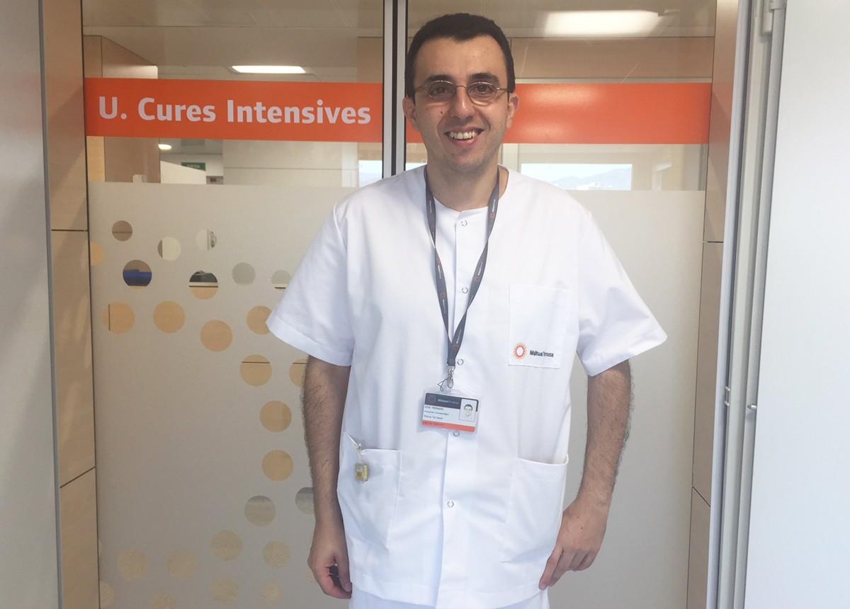 El Doctor Josep Trenado a les portes de l'UCI de la Mútua de Terrassa, de la que és responsable.