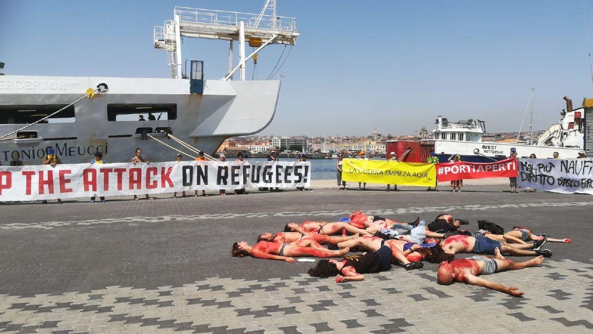 Membres de la caravana es despullen i es pinten de vermell per fer l'acció visual