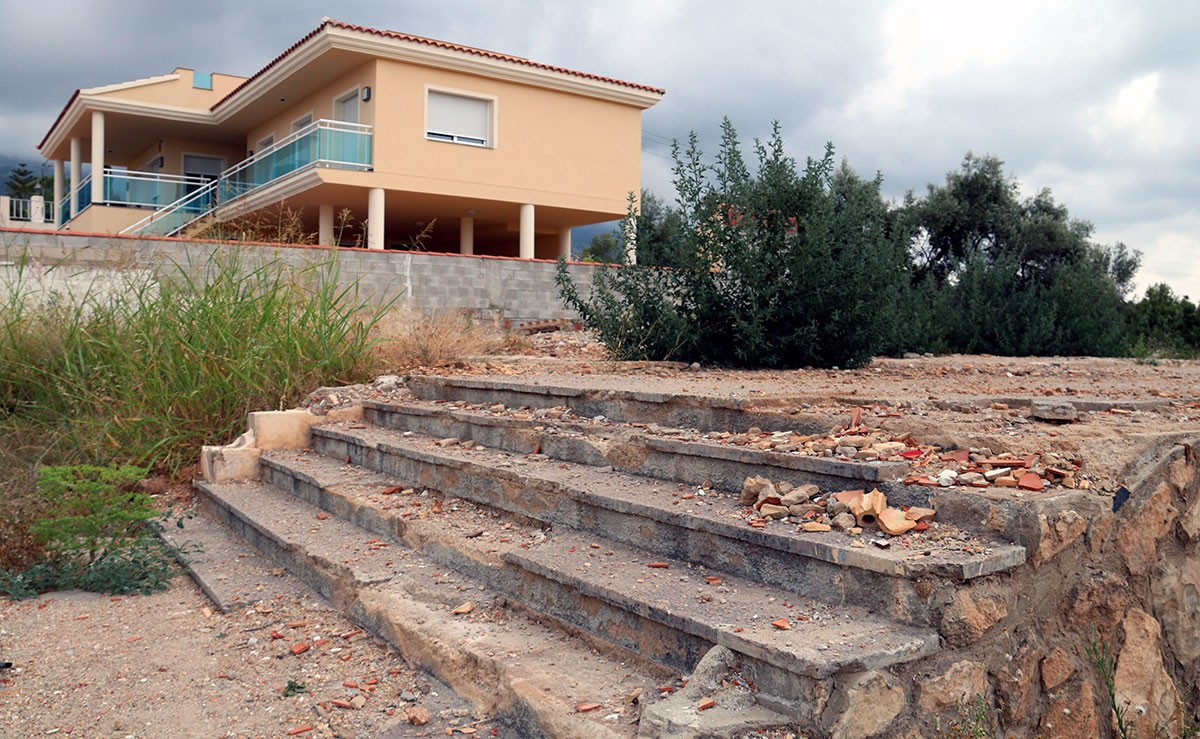 Les escales que es van salvar de l'explosió i el solar cimentat on hi havia el xalet dels terroristes