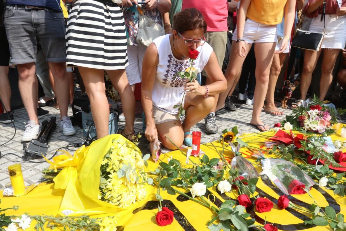 Ofrena floral en homenatge a les víctimes del 17-A.