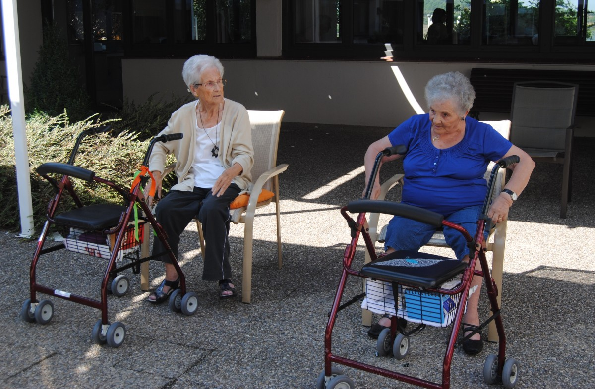 Dues persones grans a la residència