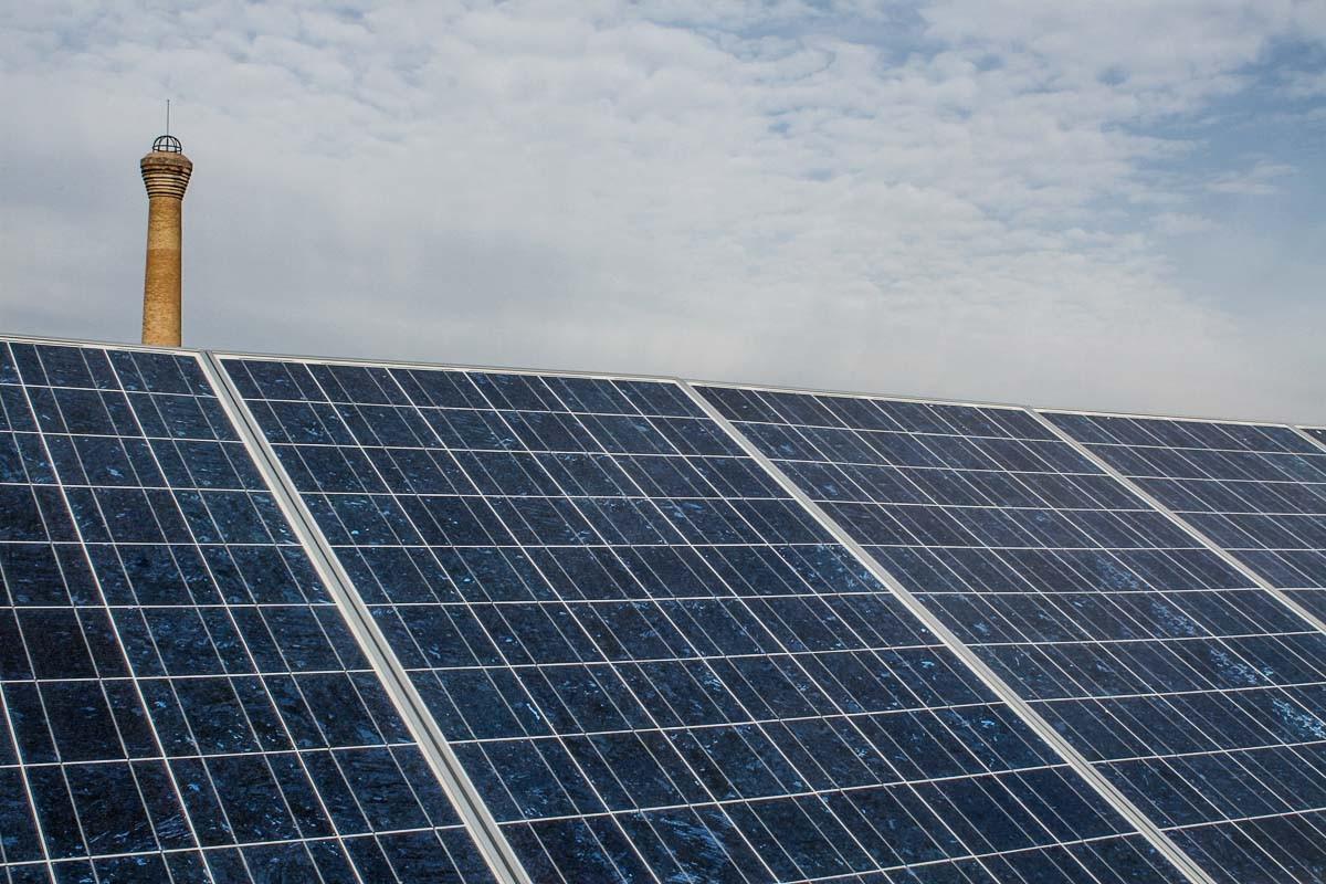 Plaques solars instal·lades a tocar d'una xemeneia