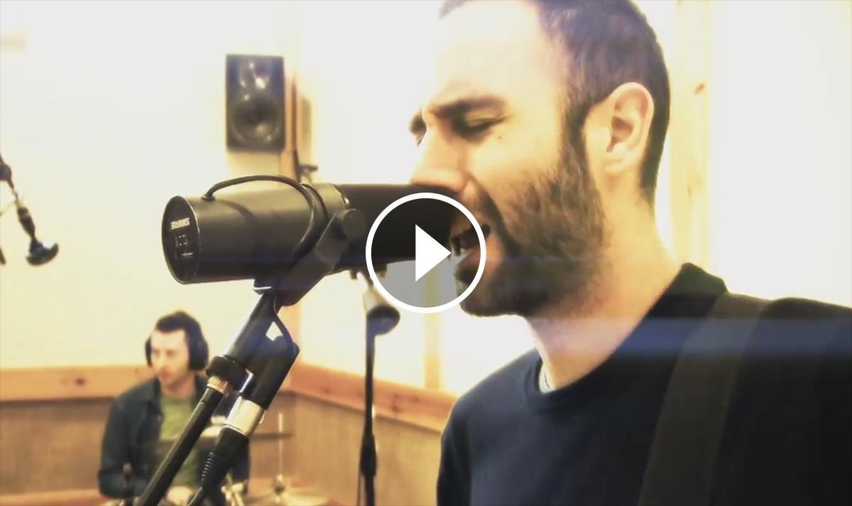 Fotograma del vídeo que acompanya «Partícules»