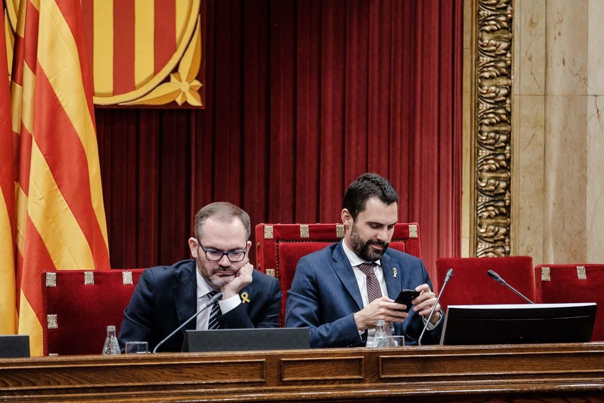 Josep Costa i Roger Torrent, en una imatge d'arxiu a la mesa del Parlament