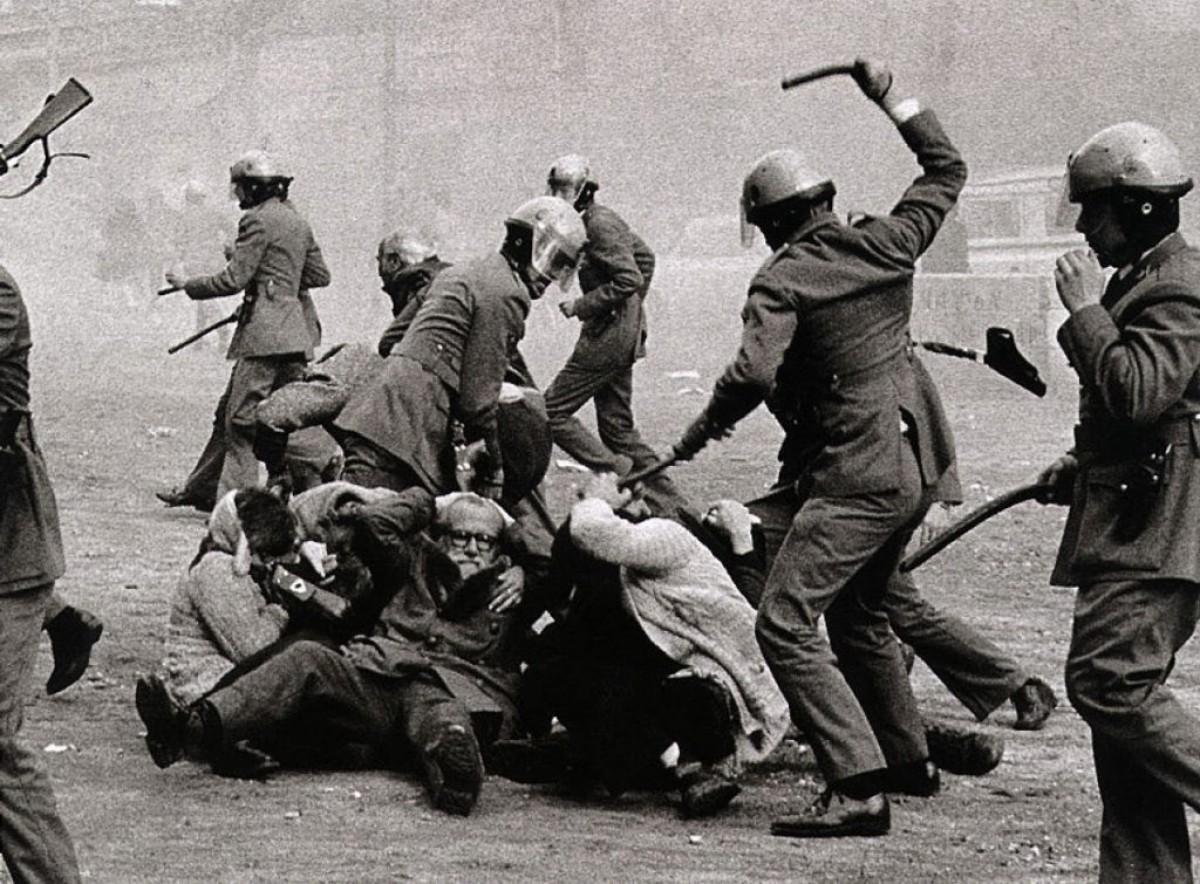 La policia actuant contra una manifestació per l'amnistia a Barcelona, l'1 de febrer del 1976.