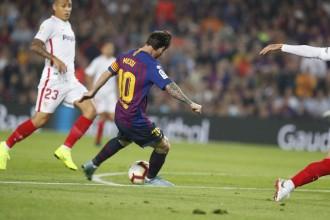 El Barça relleva el Sevilla al liderat però pateix per Messi (4-2)