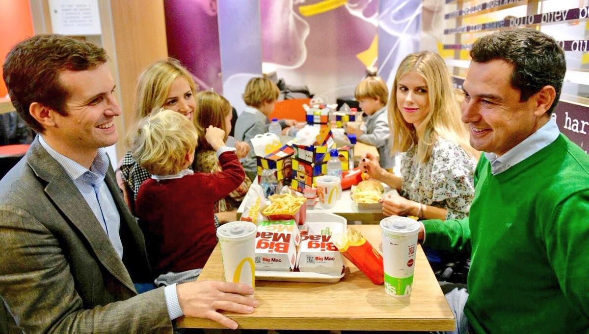Pablo Casado, Juanma Moreno i les respectives famílies aquest diumenge en un McDonald's