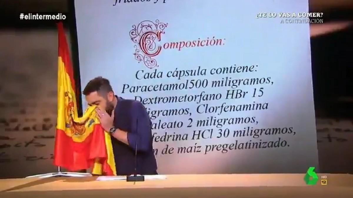 Dani Mateo mocant-se amb la bandera d'Espanya.