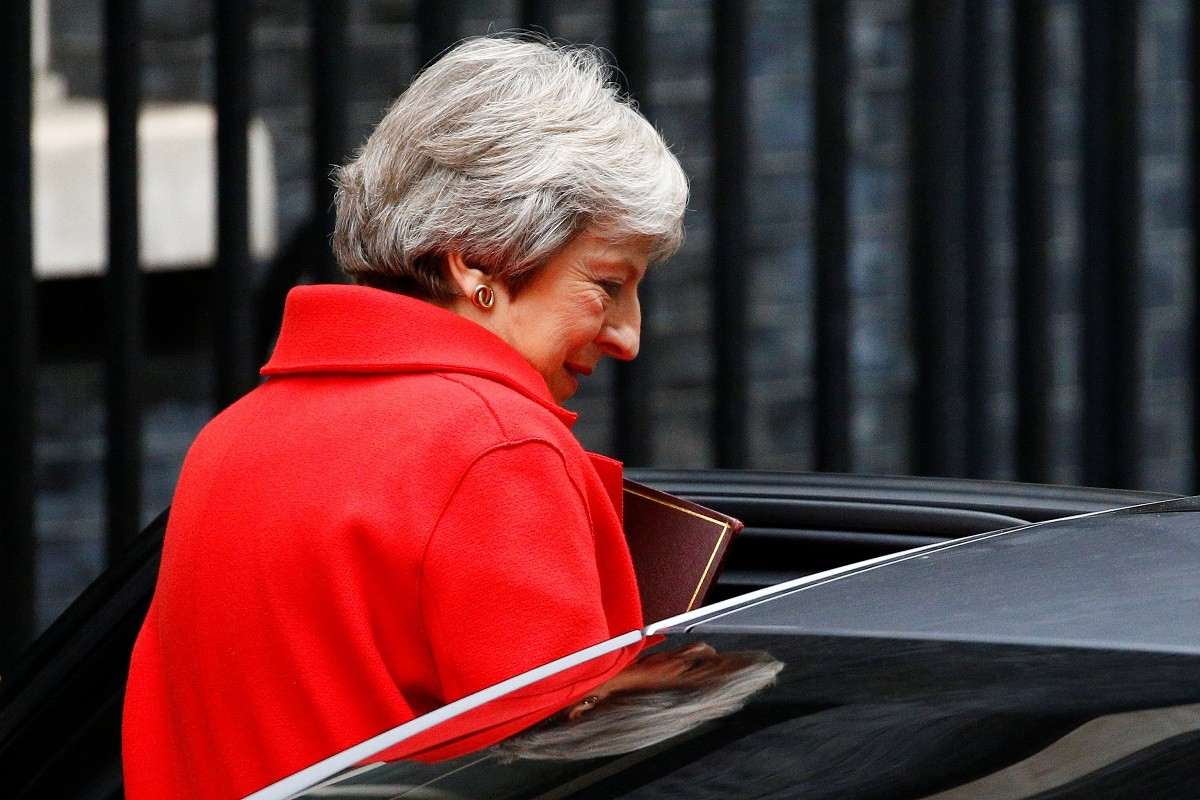Theresa May sortint de Downing Street.