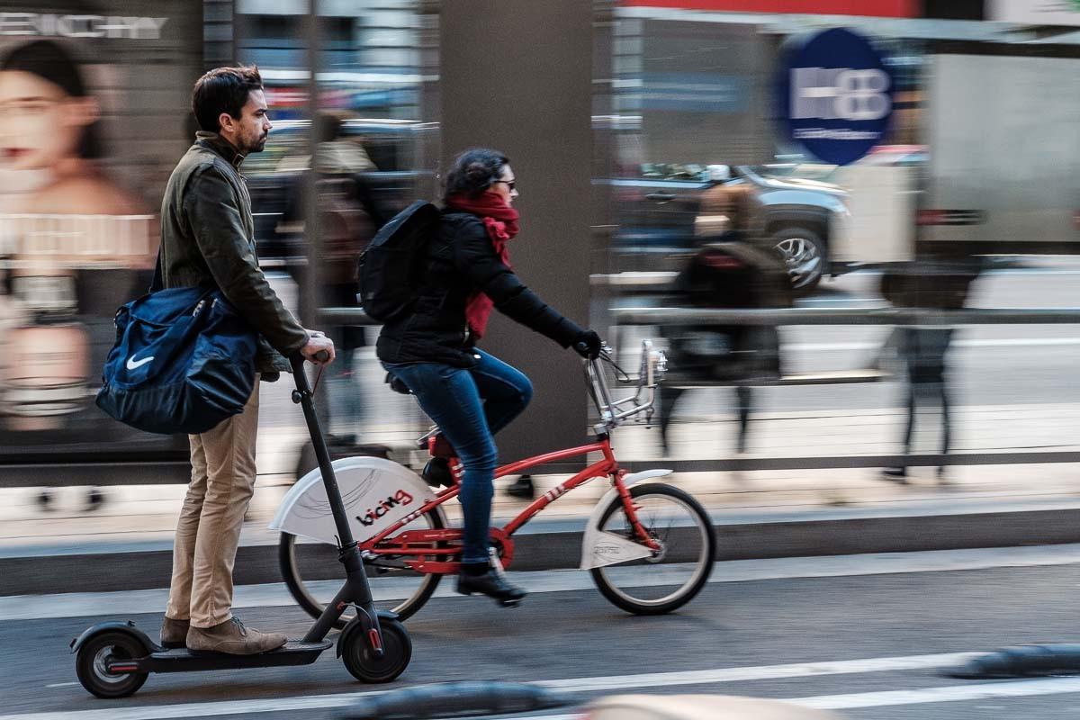 Un patinet elèctric i una bicicleta compartint el carril a Barcelona.