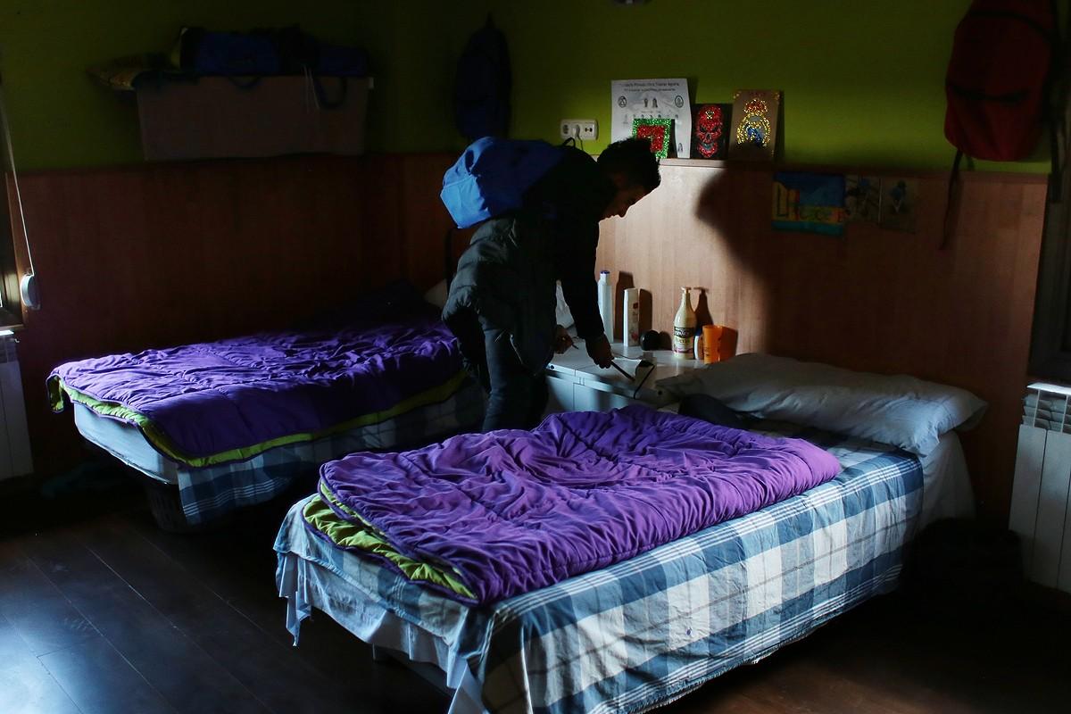 Un jove dins l'habitació de la Fundació OTA de Lliçà de Vall.