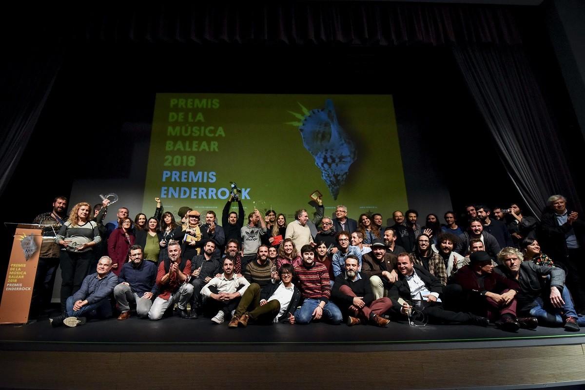 Foto de família dels guardonats als primers Premis Enderrock de la Música Balear